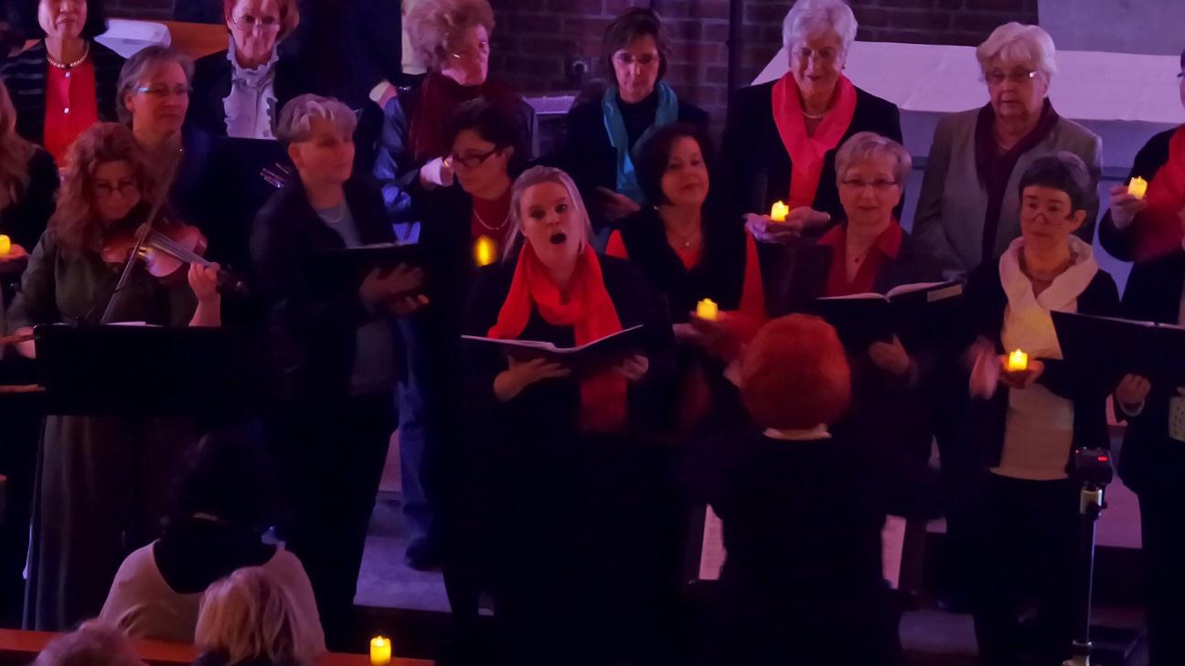 Passend zur Adventszeit wurden entsprechende Lichter an die Sänger verteilt.